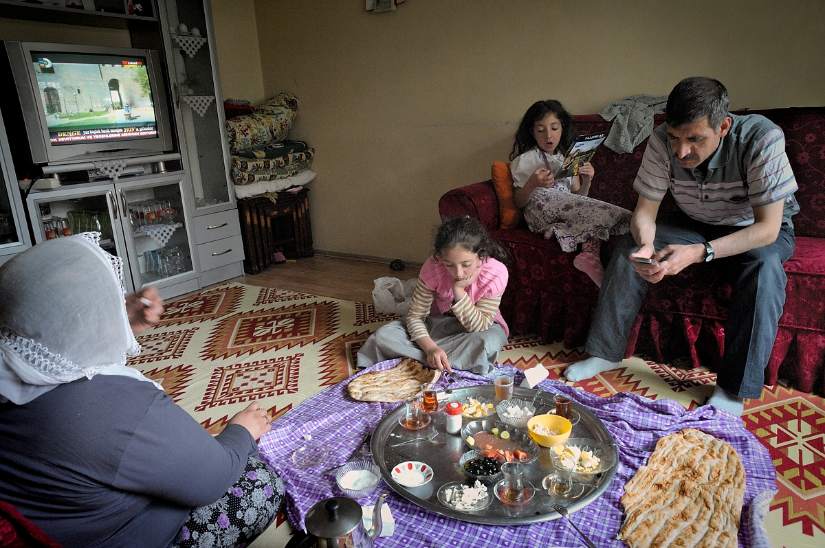 Bekir Basak, his wife Zeynab and their two youngest children Tugba and Kübra have breakfast. Forty-one-year old  Bekir, became ill after having worked ten years in a sandblasting workshop.