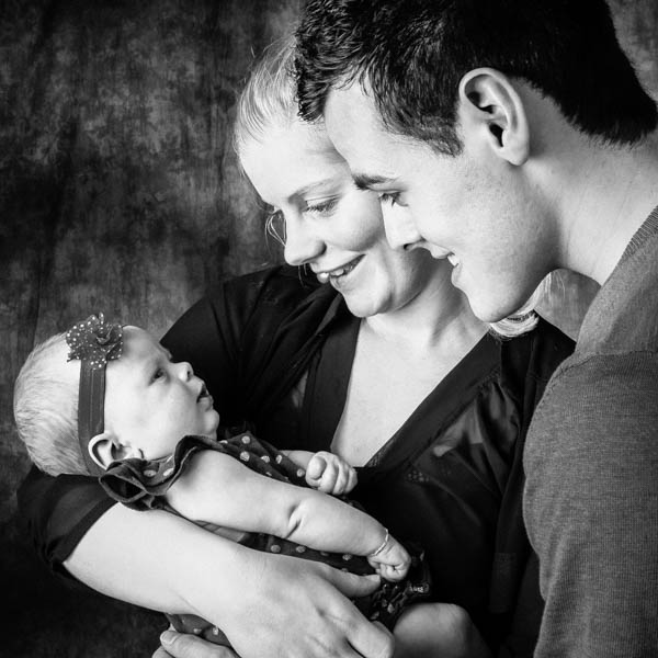 Henry heeft vakkundig ons kleine meid op de foto gezet. in haar eentje en met ons drieën.Het resultaat is verbluffend en we krijgen veel complimenten over foto's.Wat een prachtige manier om deze bijzondere tijd voor ons vast te leggen.Super bedankt!