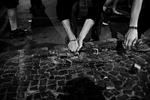 Un grupo de manifestantes arranca pedazos de pavimento para ser arrojados a la Policía Militar durante unos enfrentamientos vividos en una protesta contra la corrupción y la subida de precios del transporte publico en Río de Janeiro, Brasil, 20 de junio de 2013.Los brasileños volvieron a las calles el jueves en varias ciudades en un nuevo día de protestas masivas en todo el país, exigiendo mejores servicios públicos y lamentando gastos masivos para organizar la Copa del Mundo.