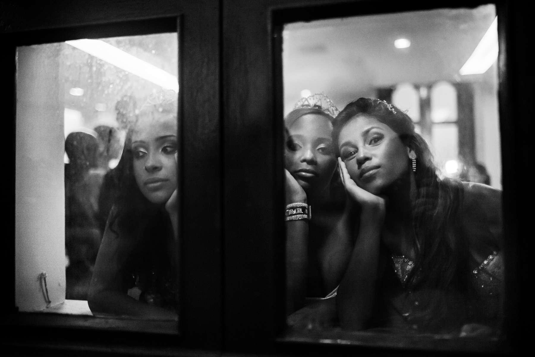 Niñas de la favela Cerro-Cora que cumplieron 15 años en un baile de debutantes organizado por la Unidad de Policía Pacificadora (UPP) de su comunidad en el castillo de Isla Fiscal, en la Bahía de Guanabara en Río de Janeiro, Brasil, el 6 de noviembre de 2014. .Con el fin de promover la integración, la UPP organiza un baile de debutantes grupal donde ellas y sus familias comparten el rito tradicional de paso de la infancia a la madurez con las niñas que cumplen 15 años y sus familias.