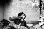Ingrid Moreira do Santos (22 años & 7 meses de embarazo) vierte leche en su cara después de que un policía militar empape sus ojos con spray de pimienta al negarse a salir de la esquina donde normalmente duerme, en Nossa Sra de Copacabana, en Río de Janeiro , Brasil, 01 de junio de 2016.