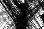 Un poste de telefono cubierto con miles de cables en el barrio marginal de Rocinha, la favela más grande de Río de Janeiro, Brasil, 16 de junio de 2016.Toneladas de instalaciones ilegales de teléfono, internet y electricidad cubren los barrios marginales de Río de Janeiro.