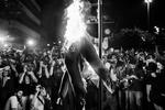 La gente quema una efigie del gobernador del estado de Río de Janeiro, Sergio Cabral, mientras los ateos y el grupo de protesta Anónimo se manifiestan contra los $ 53 millones de las arcas públicas gastadas en la visita del Papa, mientras que la presidenta brasileña, Dilma Rousseff, ofrece una ceremonia de bienvenida para el Papa Francisco en el Palacio de Guanabara, sede del gobierno de la ciudad, en Río de Janeiro, el 22 de julio de 2013.El Papa Francisco llegó a Brasil en su primer viaje al extranjero como pontífice para asistir al festival internacional de la Jornada Mundial de la Juventud en Brasil, el país católico más grande del mundo.