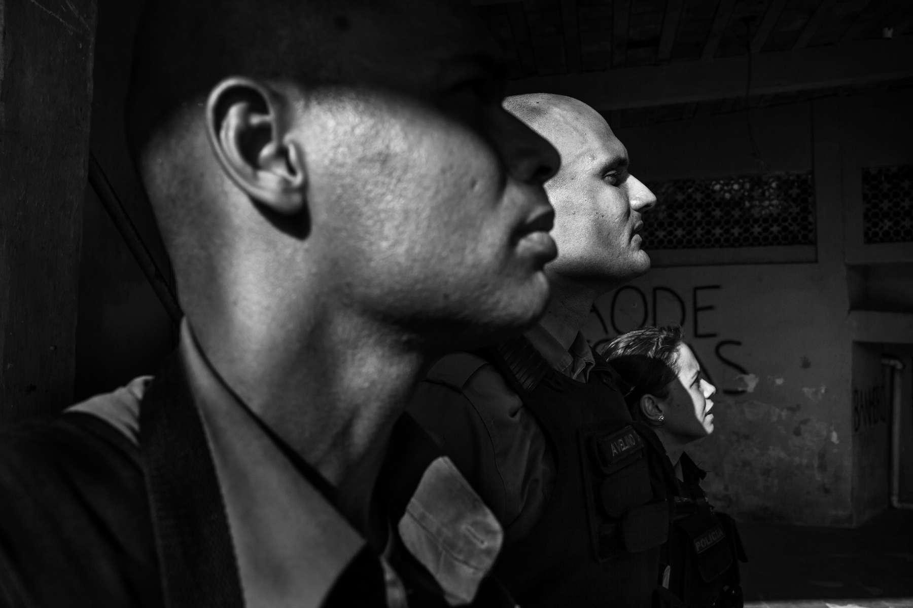 Los soldados de la UPP Jean Carlos, Avelino y Andressa toman un descanso mientras patrullan en la comunidad de Sao Carlos, en Río de Janeiro, Brasil, el 15 de marzo de 2012.Iniciado en 2008, la UPP, abreviatura de Unidade de Polícia Pacificadora (en inglés, Pacifier Police Unit o Police Pacification Unit), es un nuevo sistema de policía comunitaria en las favelas de Río de Janeiro, una vez dirigido por narcotraficantes.Si bien muchos creen que las UPP han ayudado a sofocar la violencia al abrir las puertas de las favelas a los servicios públicos como el suministro legal de electricidad, la recolección de basura, la educación, las obras públicas y el programa de asistencia social, otros ven el programa de pacificación como un encubrimiento temporal de la seguridad problemas en Río de Janeiro.