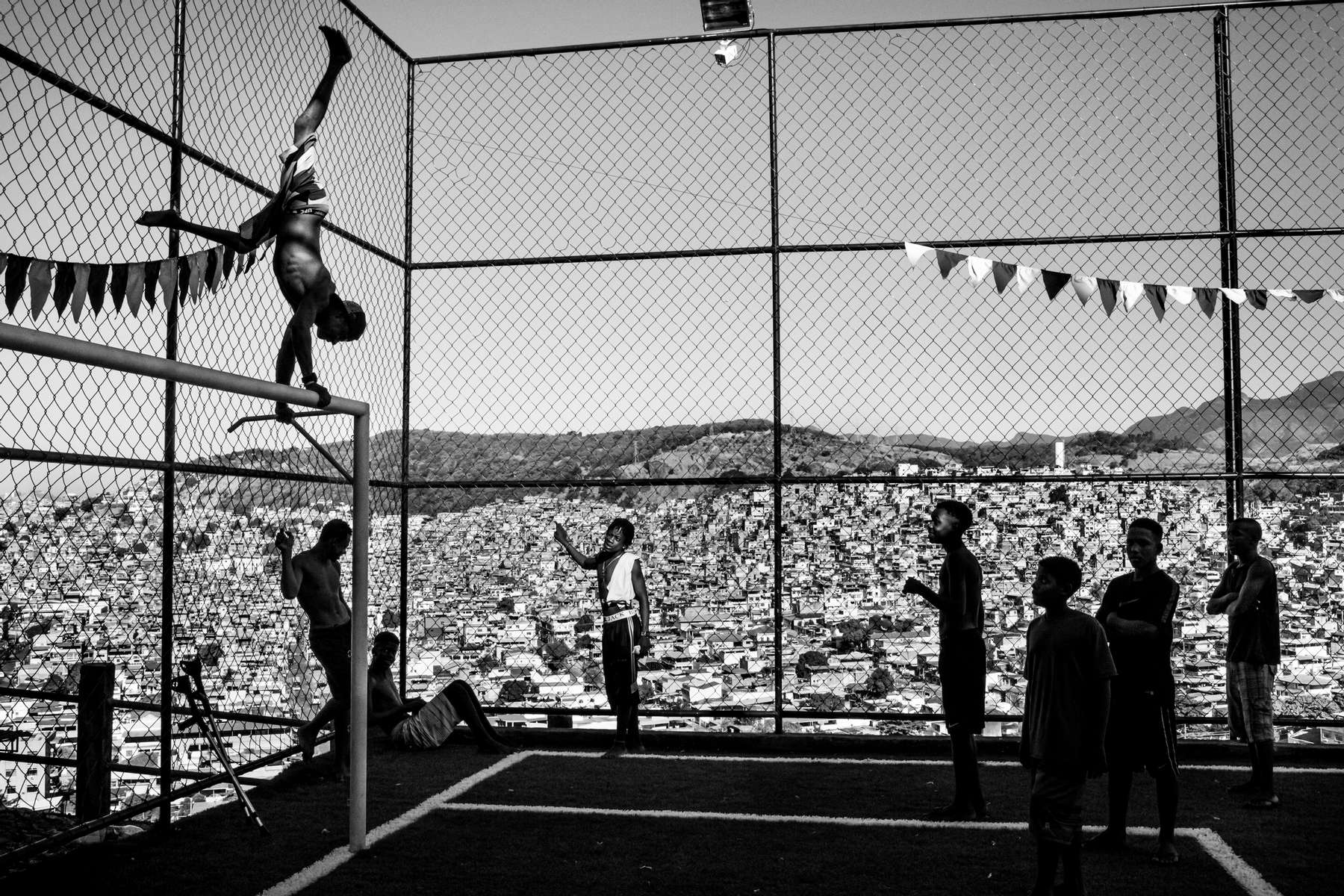 Un grupo de adolescentes divirtiéndose en un campo de fútbol en el Complexo da Penha, en Río de Janeiro, Brasil, 07 de junio de 2015.
