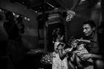 Una familia juega con sus hijos en una barraca tras haber sido desalojados de su casa en la favela Complexo de Alemao, en Río de Janeiro, Brasil, 13 de mayo de 2014.