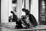 Una oficial de la UPP asiste a una niña para una sesión de fotos en el hotel Copacabana Palace el 16 de noviembre de 2014 en Río de Janeiro, Brasil.Con el fin de promover la integración, la UPP organiza un baile de debutantes grupal donde ellos y sus familias comparten el rito tradicional de paso de la infancia a la feminidad con las niñas de 15 años y sus familias.