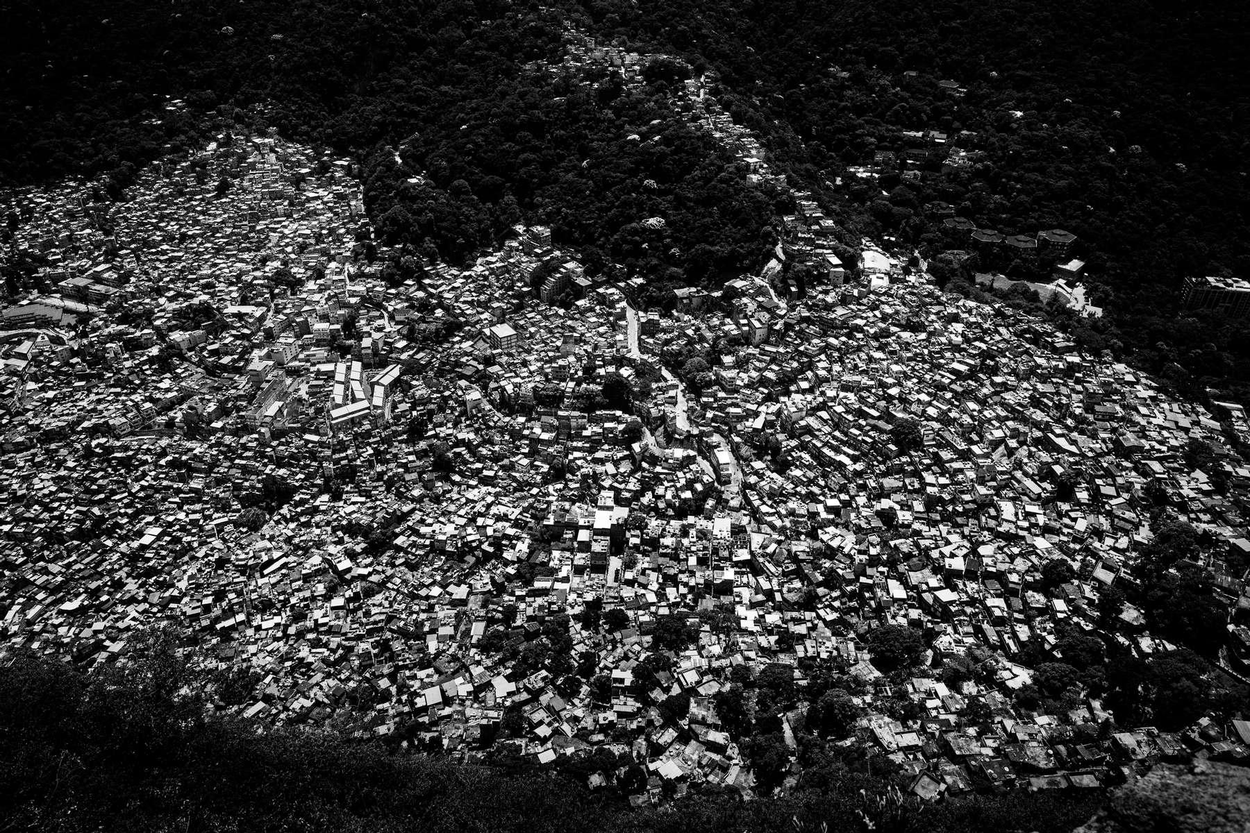 Vista aerea de la favela de Rocinha, en Río de Janeiro, Brasil, 10 de marzo de 2012.Con una población de entre 120 y 150,000 personas, Rocinha es la favela más grande de Río de Janeiro.Después de ser pacificada en noviembre de 2011, Rocinha sigue siendo una de las comunidades que genera más controversia debido a su tamaño y sus antiguas conexiones con el narcotráfico.