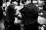 La policía militar detiene a un hombre en medio de una protesta, en Ipanema en Río de Janeiro el 23 de junio de 2013.El reclamo de mejores servicios públicos, un nuevo sistema político y contra el proyecto de ley brasileño PEC37, una enmienda constitucional propuesta que eliminaría el poder de los fiscales públicos independientes para investigar los delitos que dificultan la lucha contra la corrupción,