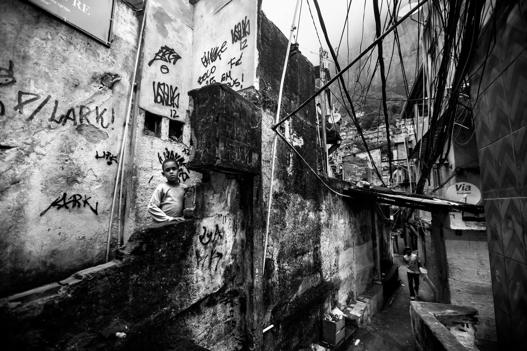 Un joven mira a la cámara en Rocinha, la favela  más grande de Río de Janeiro, Brasil, 26 de noviembre de 2012.