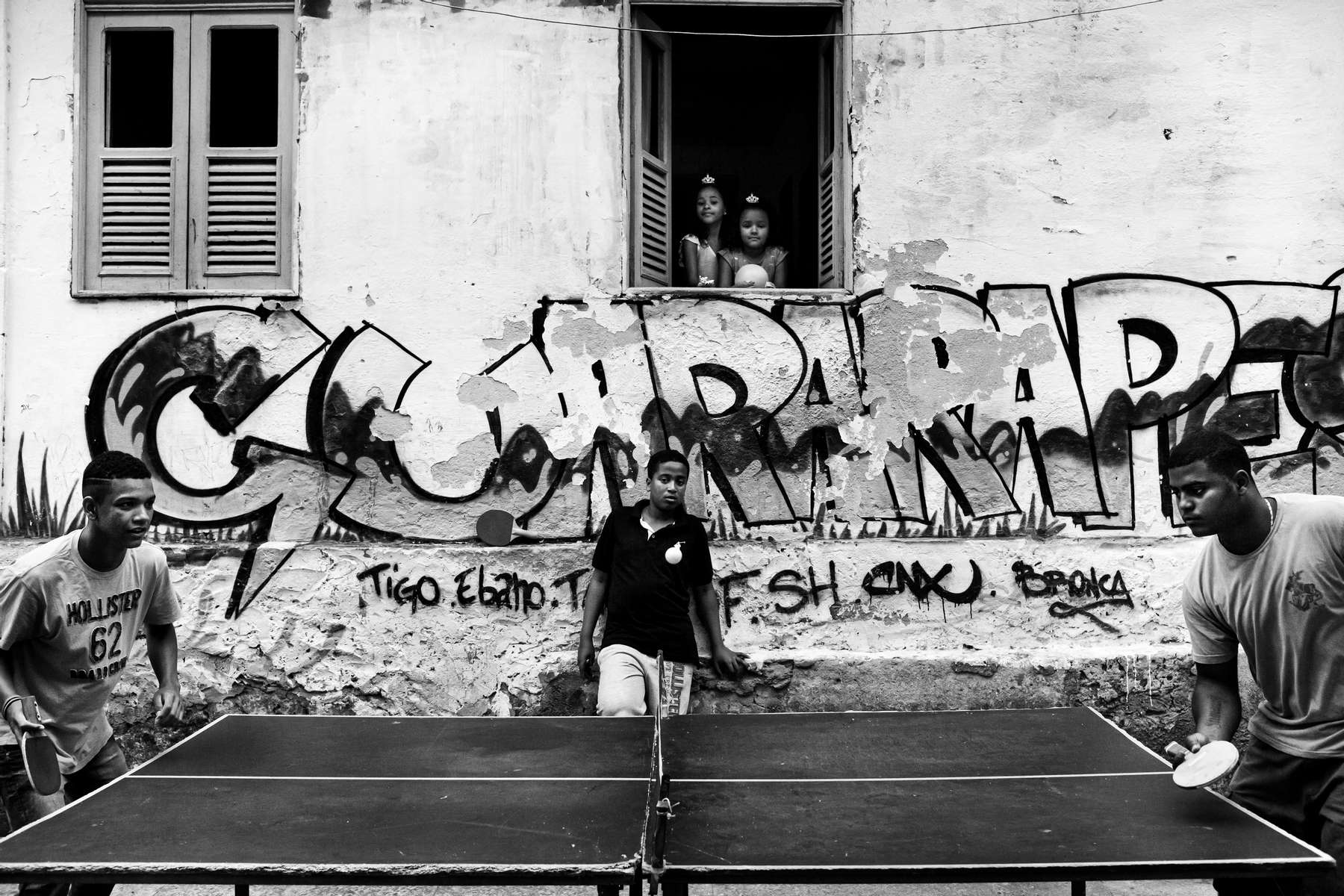 Adolescentes jugando ping pong en la favela de Rocinha, en Río de Janeiro, Brasil, 09 de noviembre de 2014.