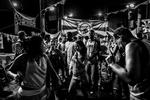 Varias personas bailan durante las festividades del Carnaval de 2012 en la favela de Vidigal, en Río de Janeiro, Brasil, el 18 de febrero de 2012.