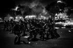 Agentes de la policía antidisturbios disparan  balas de goma durante los enfrentamientos en  una protesta contra el alza de los precios de los autobuses en Río de Janeiro, Brasil, 20 de junio de 2013.Los manifestantes salieron a las calles de Río de Janeiro, Sao Paulo y Brasilia en protestas masivas a nivel nacional contra la corrupción, exigieron mejores servicios públicos y protestaron por el gasto en organizar la Copa del Mundo.