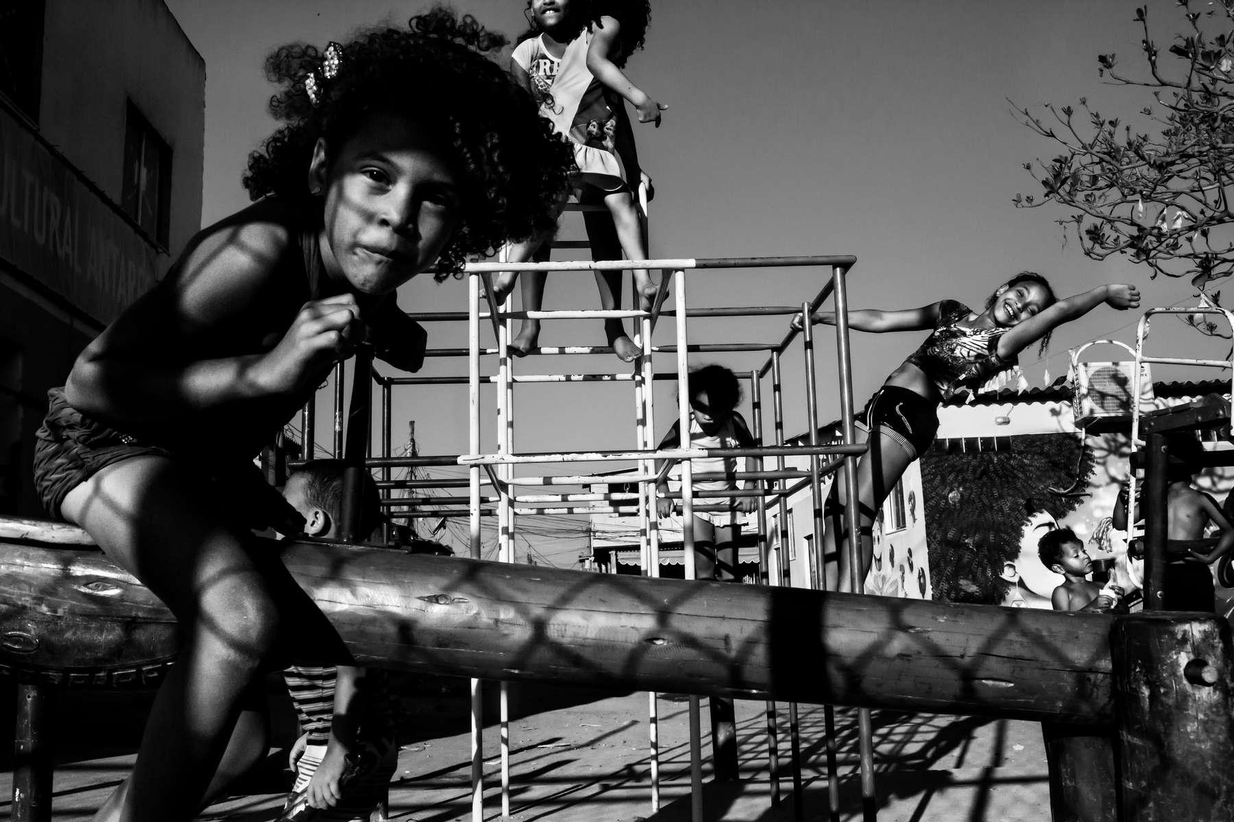 Niños jugando en el patio de juegos en Complexo do Mare, en Río de Janeiro, el 23 de junio de 2013.
