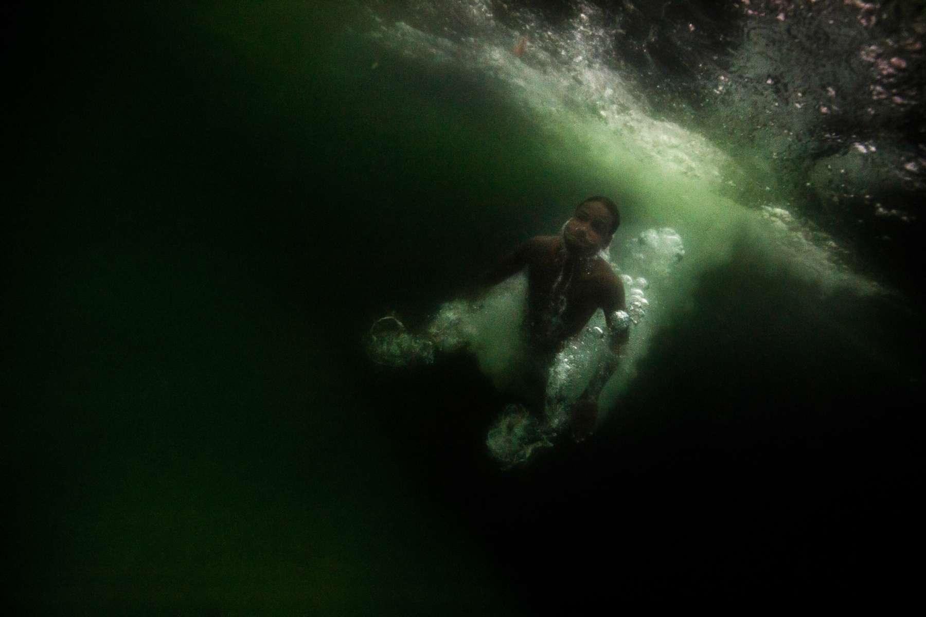 Un joven nada en las aguas de Leme, en la playa de Copacabana, en Río de Janeiro, Brasil, 19 de junio de 2016.