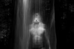 Un hombre toma un baño en una cascada en Orto, en Río de Janeiro, Brasil, 04 de febrero de 2016.