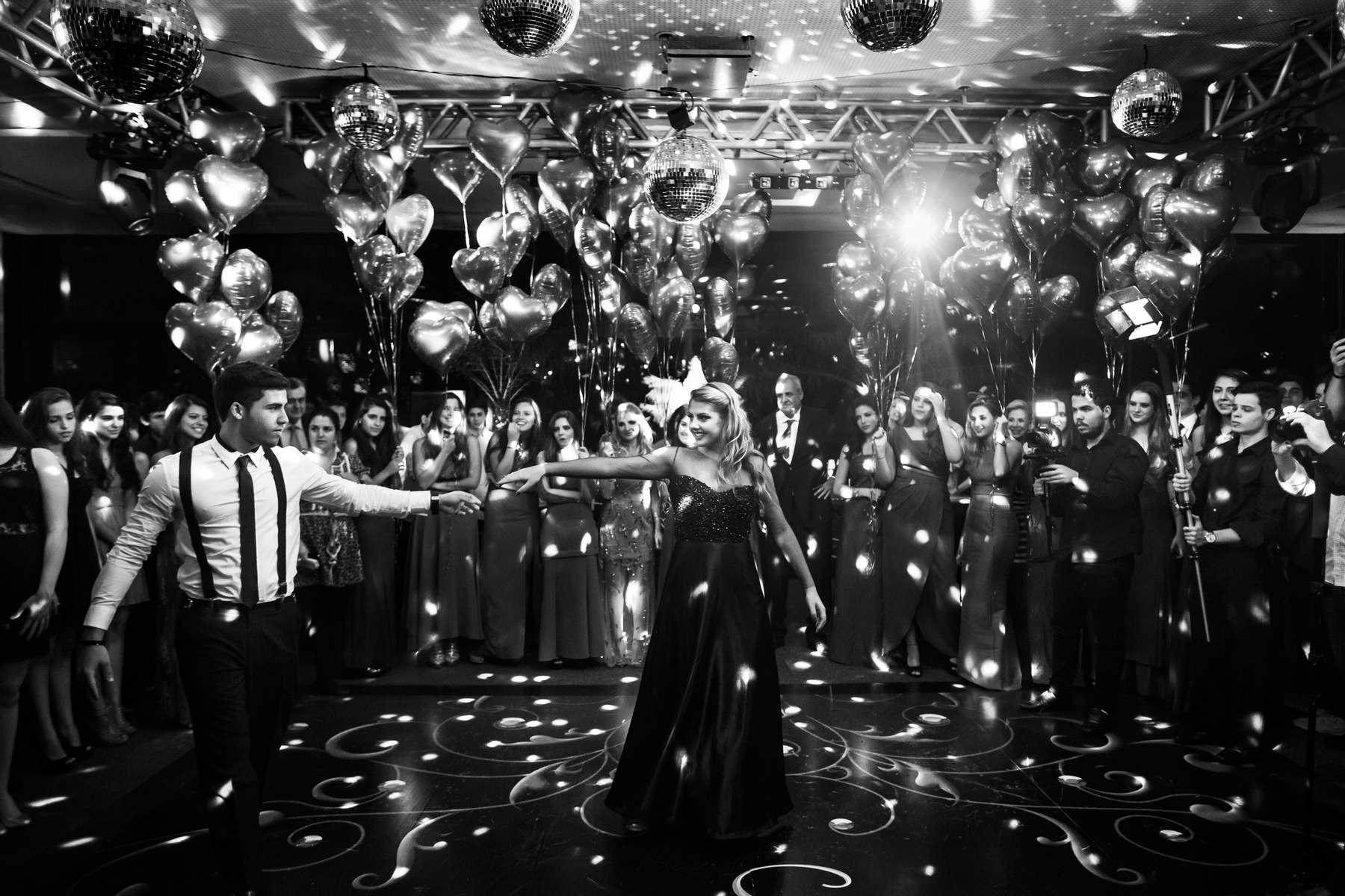 Stephanie Tonenberg baila un vals con su hermano mayor en su 15 cumpleaños, en Río de Janeiro, Brasil, 8 de noviembre de 2013.La fiesta de las Quinceañeras es la celebración del decimoquinto cumpleaños de un adolescente, que se celebra de una manera completamente diferente a cualquier otro cumpleaños y representa la transición de una niña a una mujer adulta. Grandes cantidades de dinero se gastan anualmente en Brasil en estas celebraciones.
