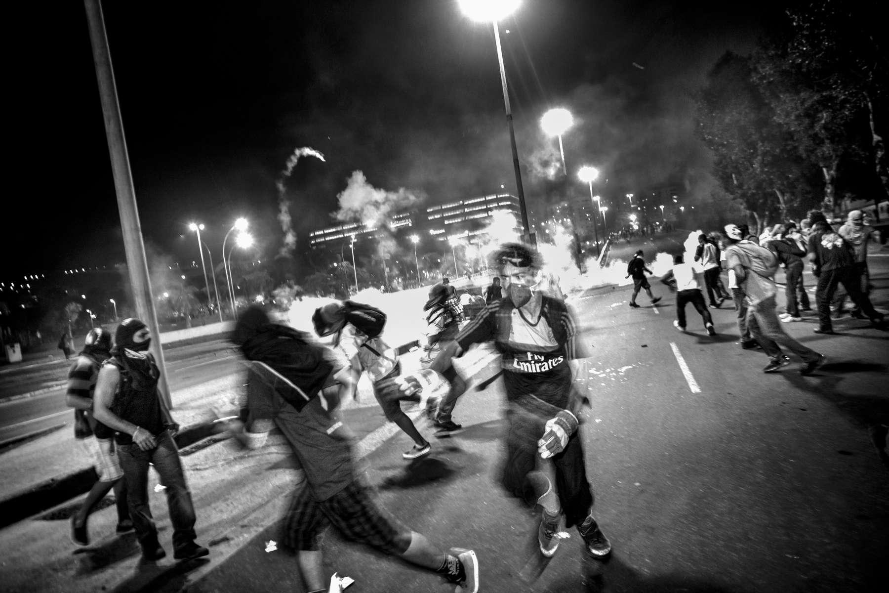 Los manifestantes se enfrentan con la policía antidisturbios durante una protesta contra la corrupción y las alzas de precios en Río de Janeiro el 20 de junio de 2013.Los brasileños volvieron a las calles el jueves en varias ciudades en un nuevo día de protestas masivas en todo el país, exigiendo mejores servicios públicos y lamentando gastos masivos para organizar la Copa del Mundo.