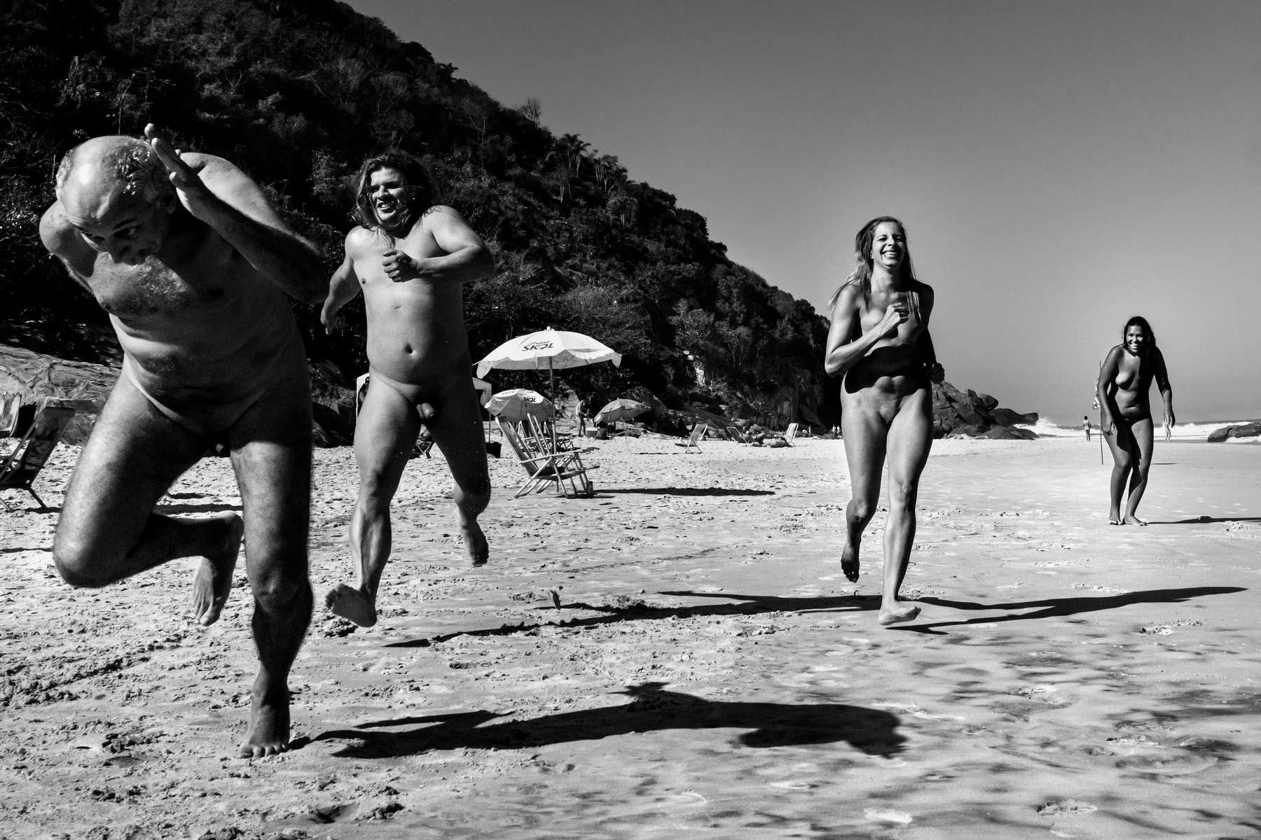 Varios participantes de los Juegos Olímpicos Nudistas compiten en una carrera en Praia do Abricó, en Río de Janeiro, Brasil, 14 de agosto de 2016.