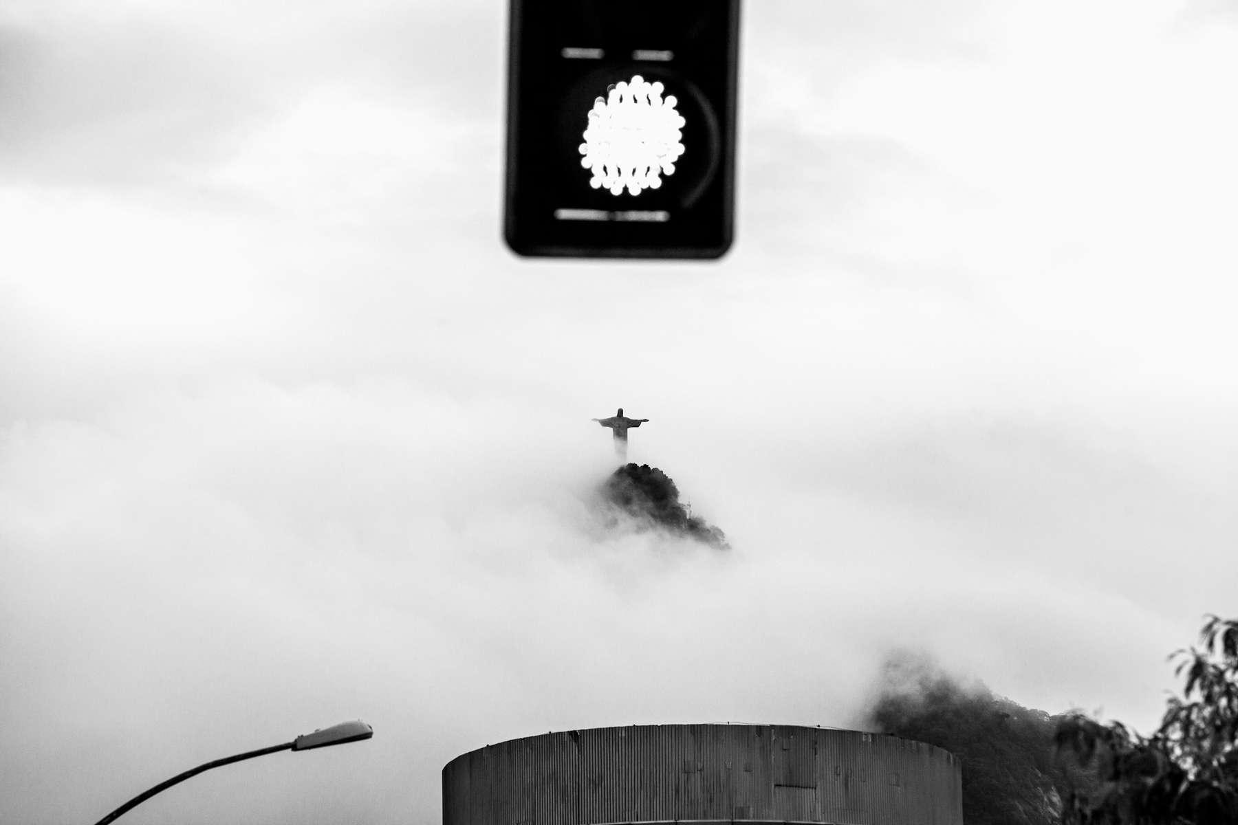 La figura del Corcovado Cristo emergiendo de la niebla de la tarde, en Río de Janeiro, Brasil, 15 de diciembre de 2011.