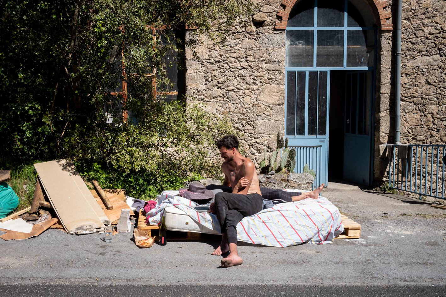 Guillaume et Leslie étaient ici, à Peyregrosse, dans un village Cévenol au début du confinement : «  Finalement on s'est dit qu'on allait rester ici. On vit à 6, c'est quand même mieux d'un point de vue social.{quote}