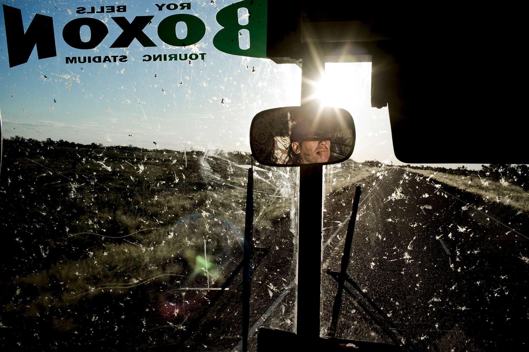 A la première occasion qui se présente Michael charge son bus, embrasse sa femme Mandy et ses cinq enfants, et part sillonner les routes de l'Outback accompagné de quelques boxeurs. Ils se rendent la plupart du temps dans des pubs, des communautés aborigènes isolées ou encore des fermes du Territoire du Nord, TN, Australie, Avril 2012.