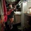 Afin de pouvoir voyager facilement Michael a équipé son bus comme un petit appartement avec une cuisine, une douche et un lit. Katherine, TN, Australie, Juillet 2013.