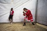 Jason un des boxeurs de Michael s'échauffe avant le combat sous le regard d'un enfant du coin. Alive Springs, 2011.