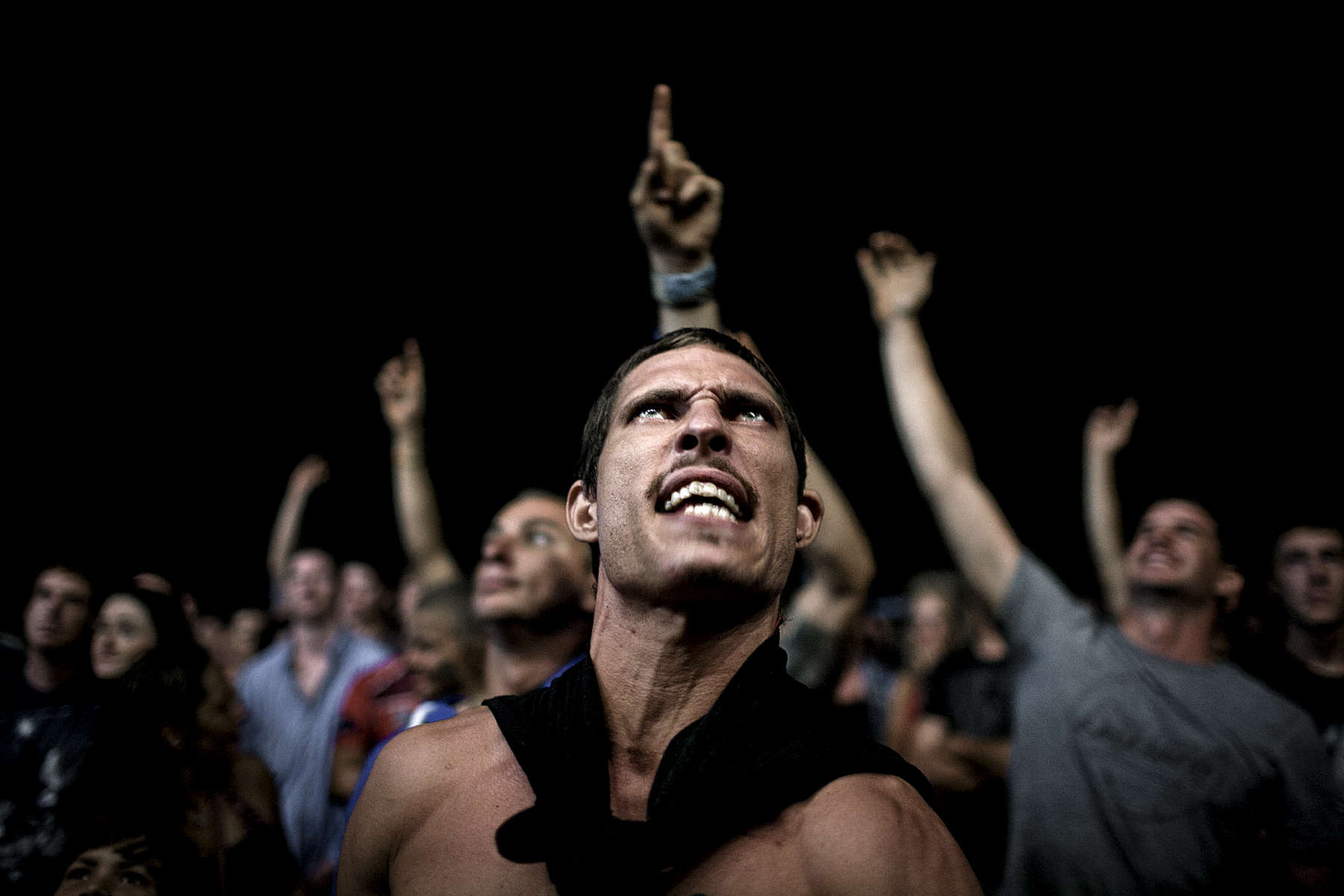Dans la foule les mains se dressent pour avoir une chance d'être sélectionné par Michael pour se battre. Dundee Lodge près de Darwin, 2012.