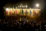 Michael présente les boxeurs, la foule se forme. Michael a souhaité conserver le principe et le décor de la tente telque son grand-père l'avait pensé. Darwin,  TN, Avril 2012.