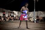 Les boxeurs sont souvent des amateurs. Les gants qu'ils portent sont plus larges afin que les coups portés soient moins violent, Katherine, TN, Australie, Juillet 2013.