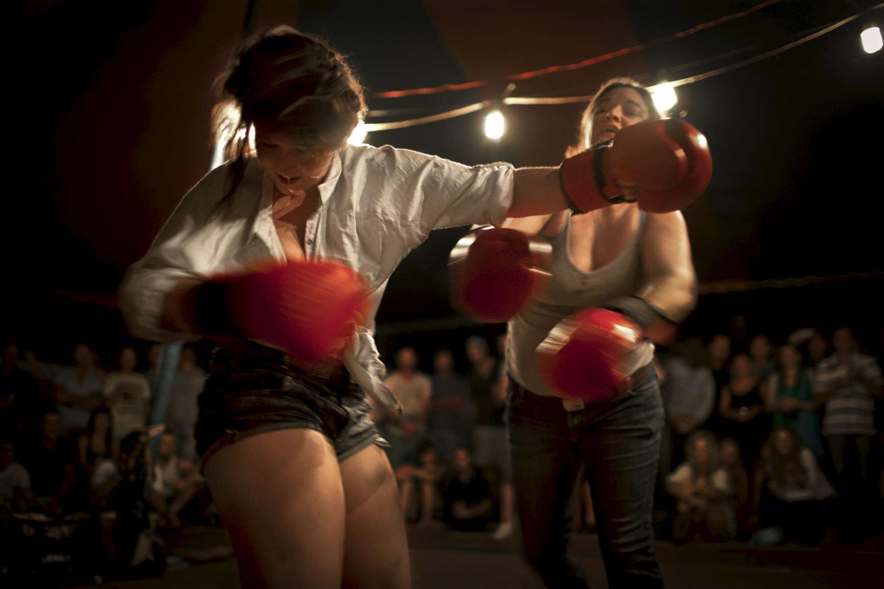 Les combats sont ouverts au hommes, aux femmes et parfois aux enfants, Noonamah Tavern près de Darwin, TN, Australie, Novembre 2011.
