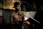 Le show terminé, seuls les boxeurs restent sous la tente, selon le combat qu'ils ont mené, Michael les paye entre 20 et 50 dollars australiens. Noonamah Tavern, près de Darwin, TN, Australie, Novembre 2011.