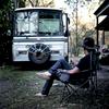 Après plusieurs semaines dans le désert, Michael a rejoint Umpty Doo près de Darwin avec son bus. Dans quelques jours sa femme Mandy et ses enfants le rejoindront, TN, Australie, Juillet 2013.