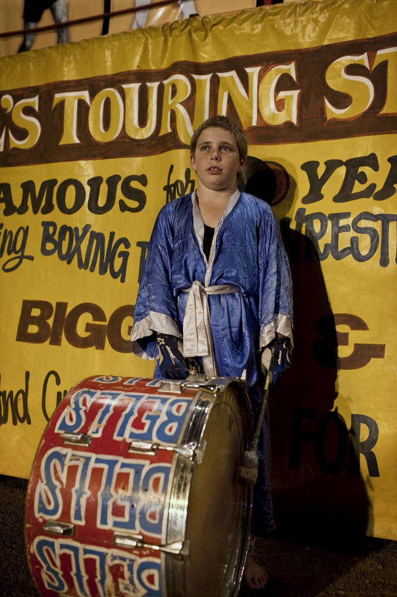 Le spectacle va commencer, pour la troisième fois, le jeune Prodie se voit confier l'honorable mission de ryhtmer le show,avec le tambour traditionnel des Bell. TN, Australie, Novembre 2011.
