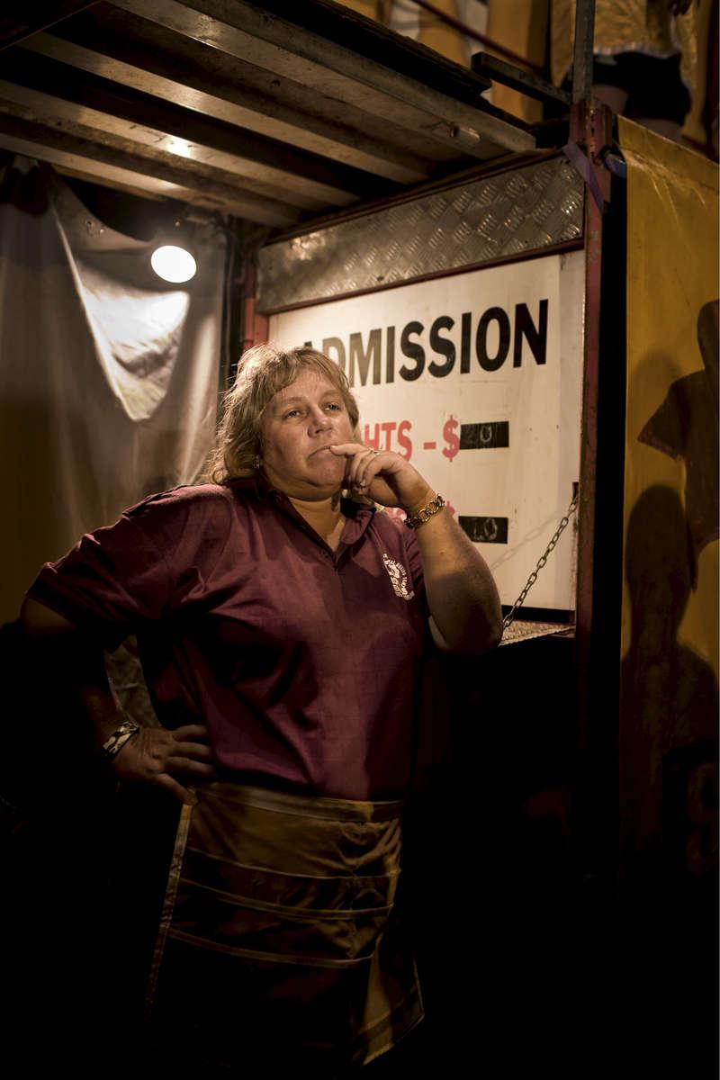 Donna, caissière de la Boxing Tent. Le public paye 20 dollars australien pour assister aux combats. Noonamah Tavern, TN, Australie, Novembre 2011.