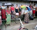 Chaque 15 jours les réfugiés viennent chercher les rations de nourriture distribuées par le World Food Programme (WFP). Cela comprend du riz, du sel, de l'huile, des lentilles, quelques légumes et des céréales. Népal, 2009.