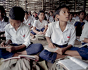 Bidhya en classe dans le camp de Beldangi. Les enfants ont accès à l'éducation grâce au Haut Commissariat pour les Réfugiés (HCR) et l'organisation non-gouvernementale Caritas. Ils apprennent les sciences, la géographie, l'histoire, le Népalais et le Dzongkha la langue Bhoutanaise. Népal, 2009.
