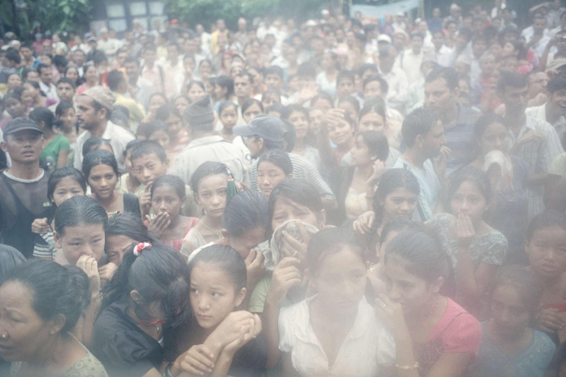 Derniers aurevoirs pour les réfugiés quittant le camp à bord des bus de l'Organisation Internationale pour les Migrations (OIM). Népal, 2009.