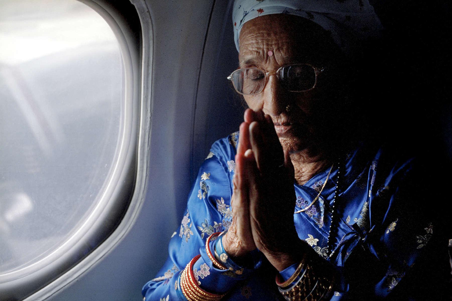 Rabika Mainali prend l'avion pour la première fois de sa vie. Népal, 2009.
