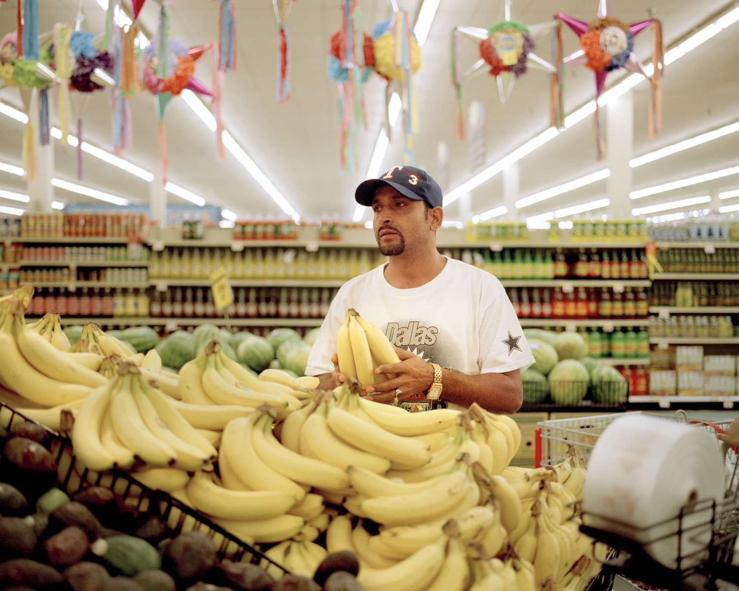 Ici, on trouve de tout, mais à quoi bon si on a pas d'argent. Rabi. Rabi faisant les courses dans un supermarché avec les bons qui lui ont été donné par l'association Catholic Charities, pour nourrir sa famille. Dallas, Texas, Etats-Unis, 2009.