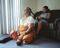 Rabina coiffe sa grand-mère maternelle. Elle est arrivée quelques mois avant eux et qui vit dans un logement de la même résidence. Dallas, Texas, Etats-Unis, 2009.