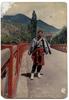 Photographie de Rabi Mainali au Bhoutan quand il était jeune, portant le Go, habit traditionnel Bhoutanais.