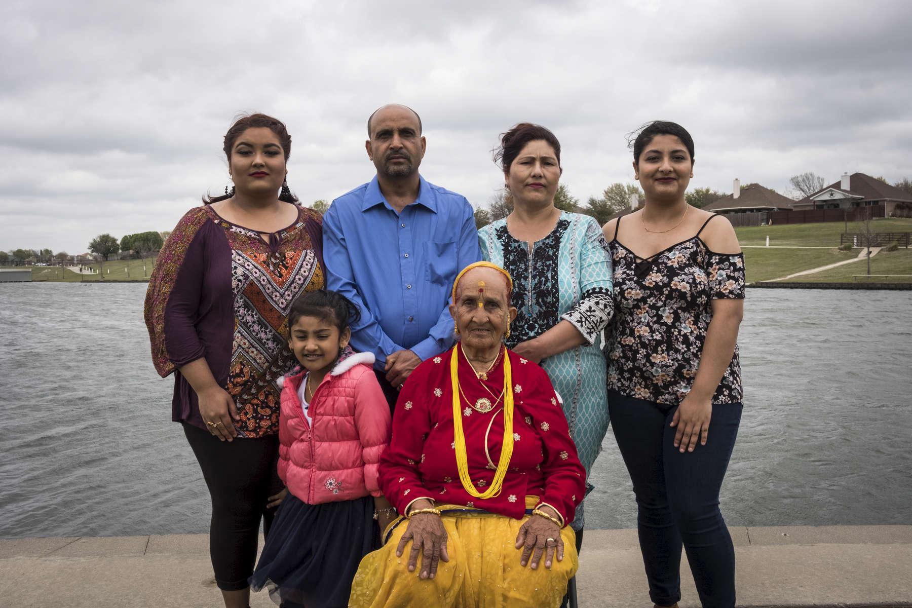 Photo de famille, Bydhya, 19 ans, Rabi, 46 ans, Hema, 40 ans, Rabina, 21 ans, Angélina 4 ans, Radika 86 ans. La famille Mainali pose dans le parc près de leur maison. . Watauga, Texas, Etats-Unis, 2018.
