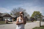 Rabi dans son lotissement. Rabi a pu acheté une maison pour sa famille il y a 3 ans, dans ce lotissement dans la banlieue de Dallas. Ce quartier n'est pas desservi par les transports en commun. Il a acheté deux voitures pour lui et sa femme afin de se rendre au travail tous les jours. Watauga, Texas, Etats-Unis, 2018.