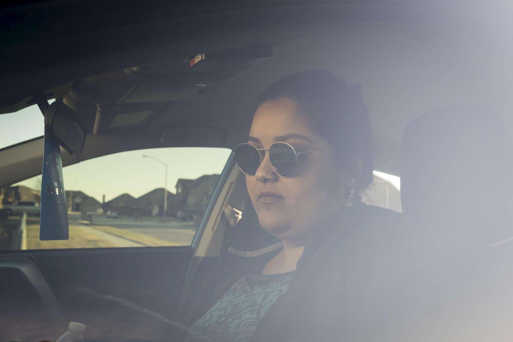 Bidhya au volant de l'une des voitures familiales. Watauga, Texas, Etats-Unis, 2018.