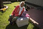 Radika passe la plupart de ses journées à la maison. Elle est à la retraite et touche une pension du gouvernement. Ici, elle partage un moment de complicité avec sa petite fille. Cette dernière, bien qu'elle comprenne le Nepali, ne souhaite parler que l'Anglais. Watauga, Etats-Unis, 2018.
