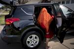 Radika Mainali monte dans la voiture familliale pour aller rendre visite à de la famille. Watauga, Etats-Unis, Mars 2018.