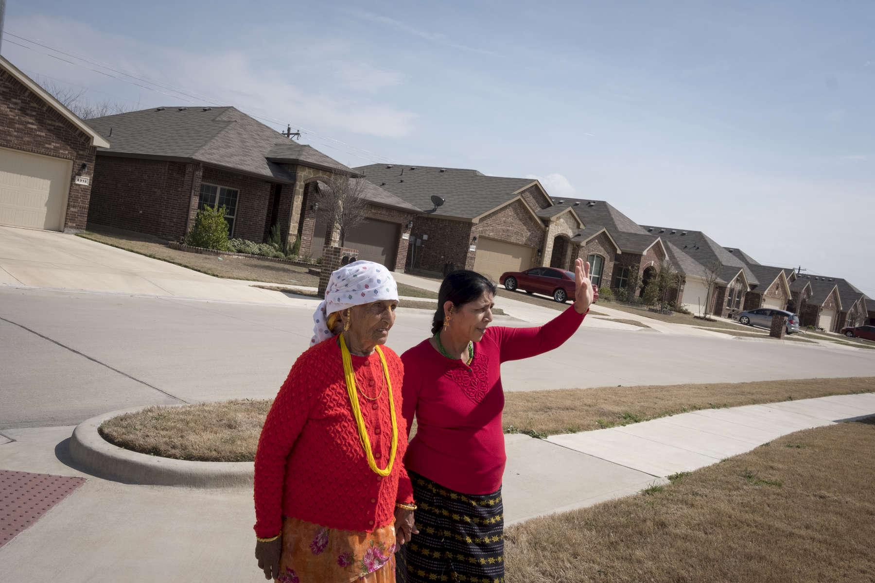 Radika Mainali  rend visite à des connaissances venues des camps comme eux. Quartier de Keller, Dallas, Texas, Etats-Unis, 2018.
