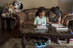 Rabina est venue en vacance voir sa famille. Elle étudie en Caroline du Nord et souhaite devenir professeur en micro biologie. Ici, elle aide Angélina à faire ses devoirs. Angélina va quatre heures par semaine à la maternelle. En Septembre prochain elle intègrera l'école à temps plein. Watauga, Texas, Etats-Unis, 2018.
